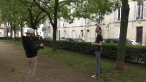 Le Forgeron en train de préparer une scène, dans un parc, avec l'un des membres de Kizoh
